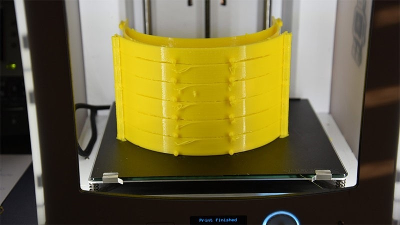 Six visor holders can be produced in one step on the 3D printer. Photo: Chair of Ergonomics and Innovation Management, TU Chemnitz